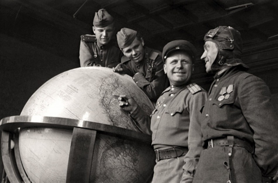 Russian soldiers with the globe of Hitler at the end of the Second World War, 1945