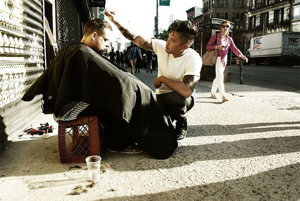 Every Sunday this hairdresser in New York mows homeless.