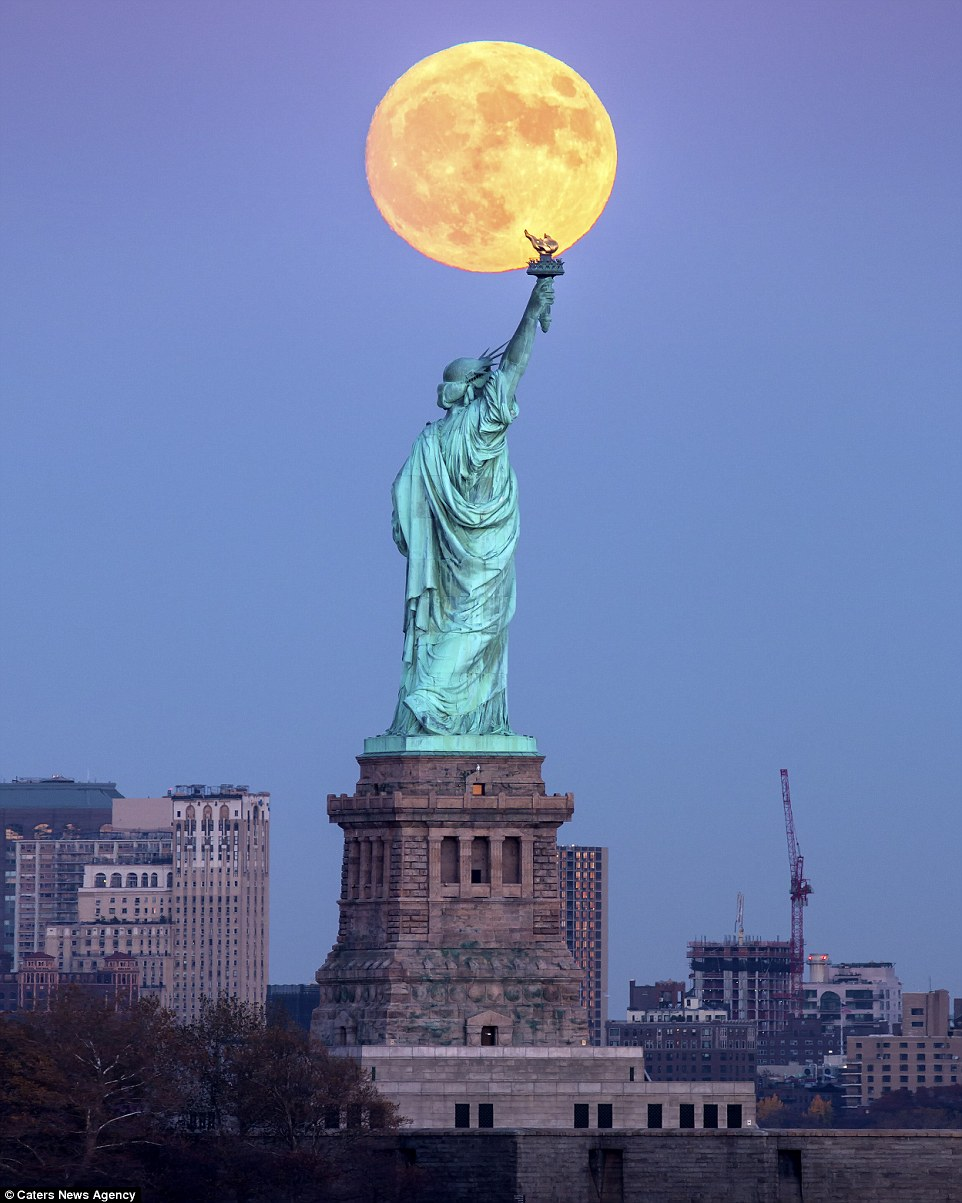 statue-of-liberty-supermoon