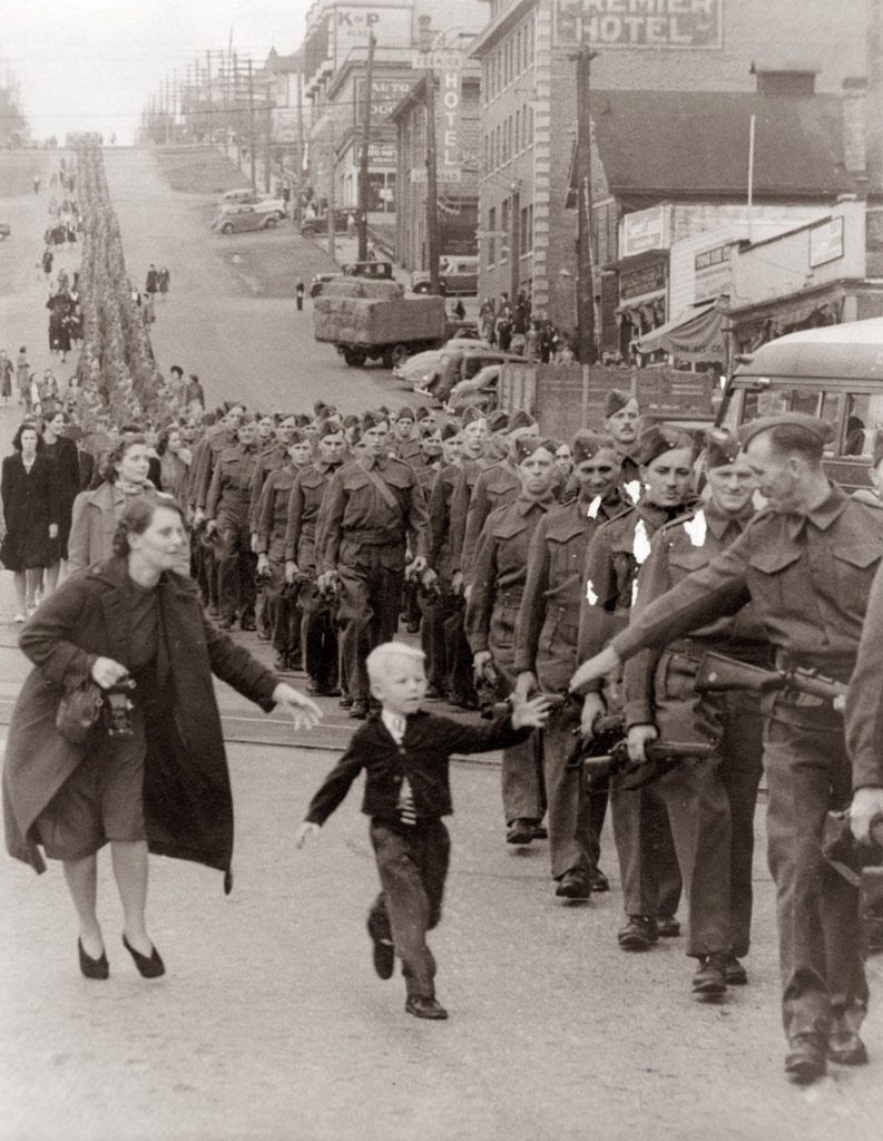 "30 of the most powerful images of all time - ""Wait For Me Daddy,"" by Claude P. Dettloff in New Westminster, Canada, October 1, 1940"