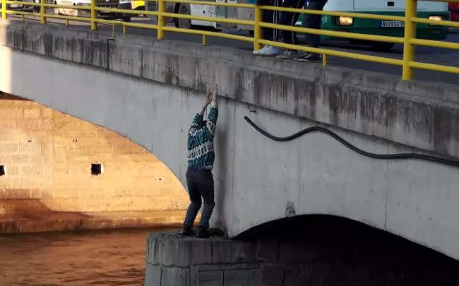 Man Climbs Down A Bridge On Nisava River To Rescue A Dog-1