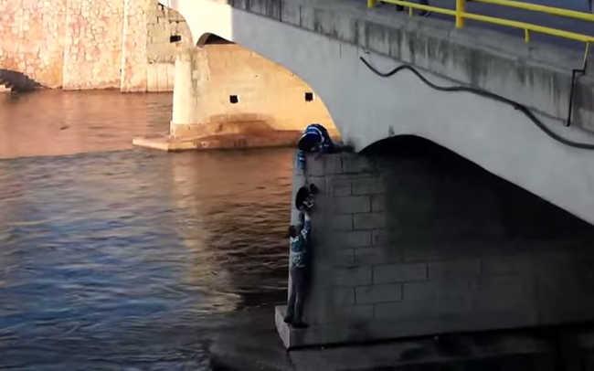 Man Climbs Down A Bridge On Nisava River To Rescue A Dog-4