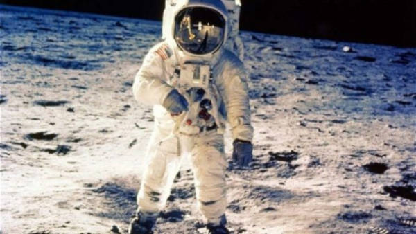 After a bit of research, we could find out what could be done if an astronaut dies in space