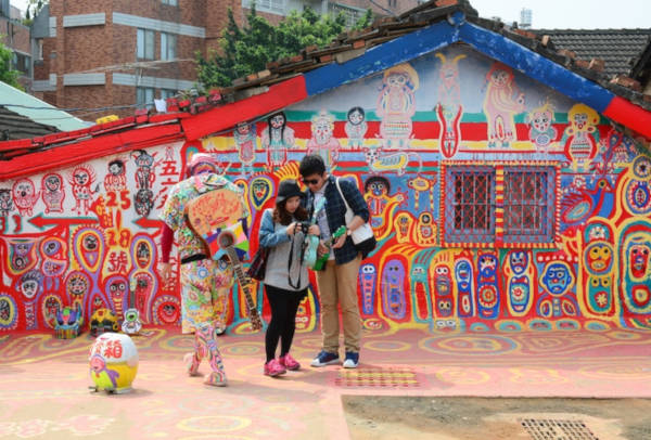 97-Year-Old-Grandpa-Save-His-Village-By-Painting-Colorful-Art-In-Buildings-10