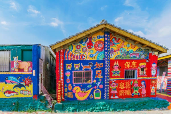 97-Year-Old-Grandpa-Save-His-Village-By-Painting-Colorful-Art-In-Buildings-4
