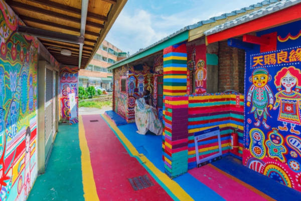 97-Year-Old-Grandpa-Save-His-Village-By-Painting-Colorful-Art-In-Buildings-6