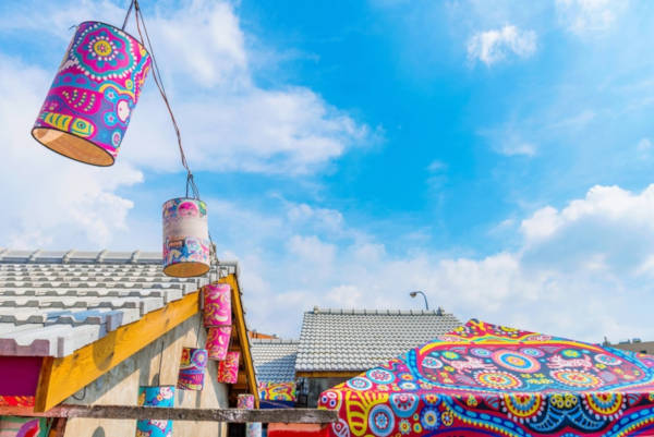 97-Year-Old-Grandpa-Save-His-Village-By-Painting-Colorful-Art-In-Buildings-7