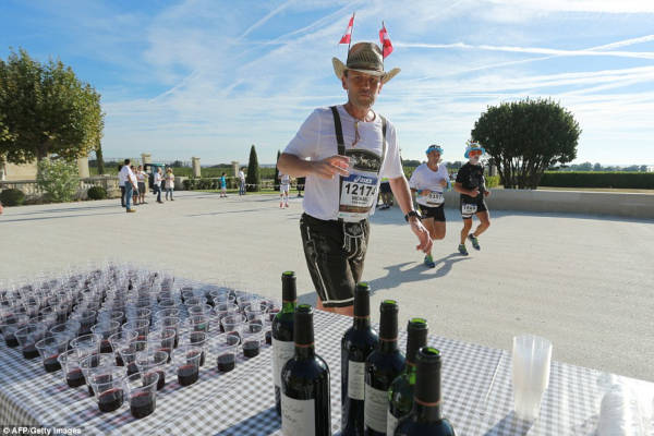 French Marathon Where Contestants Drink Wine And Eat Cheese - 10