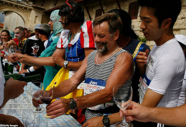 French Marathon Where Contestants Drink Wine And Eat Cheese - 4