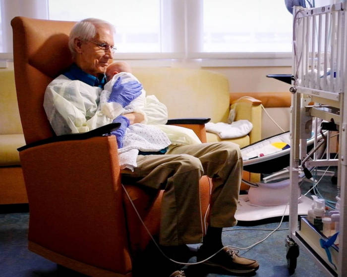 81-Year-Old Grandpa Who Loves To Cuddle Babies Every Day Donates One Million Dollars To Hospital - 1