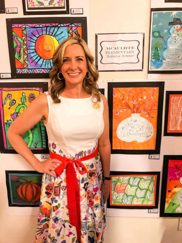 Elementary Art Teacher From Texas Makes Dress Featuring Her Students Drawings - 1